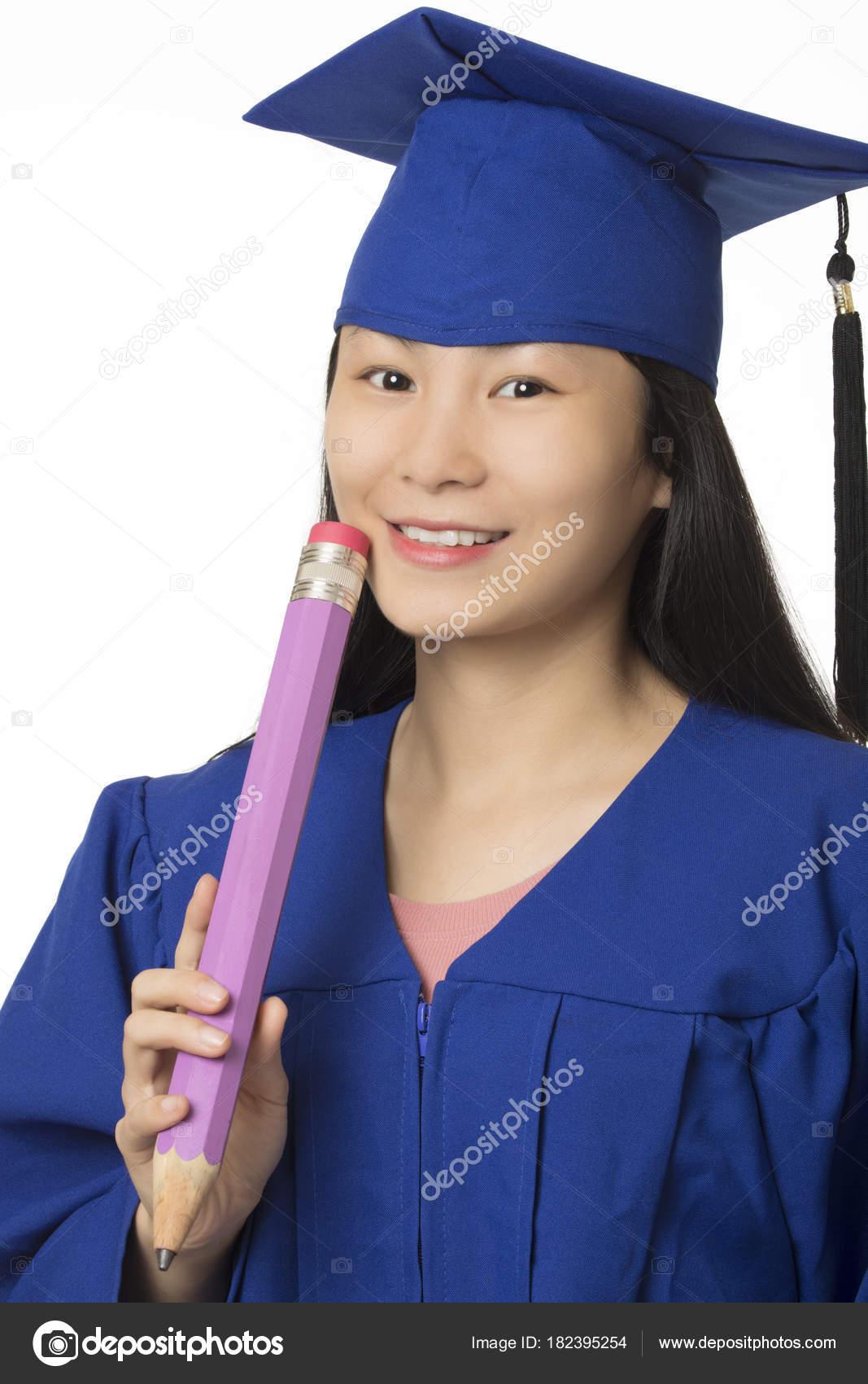 c758439c7 Mujer asiática vestida con un vestido de graduación azul sosteniendo un  lápiz gigante aislado sobre fondo blanco — Foto de ...