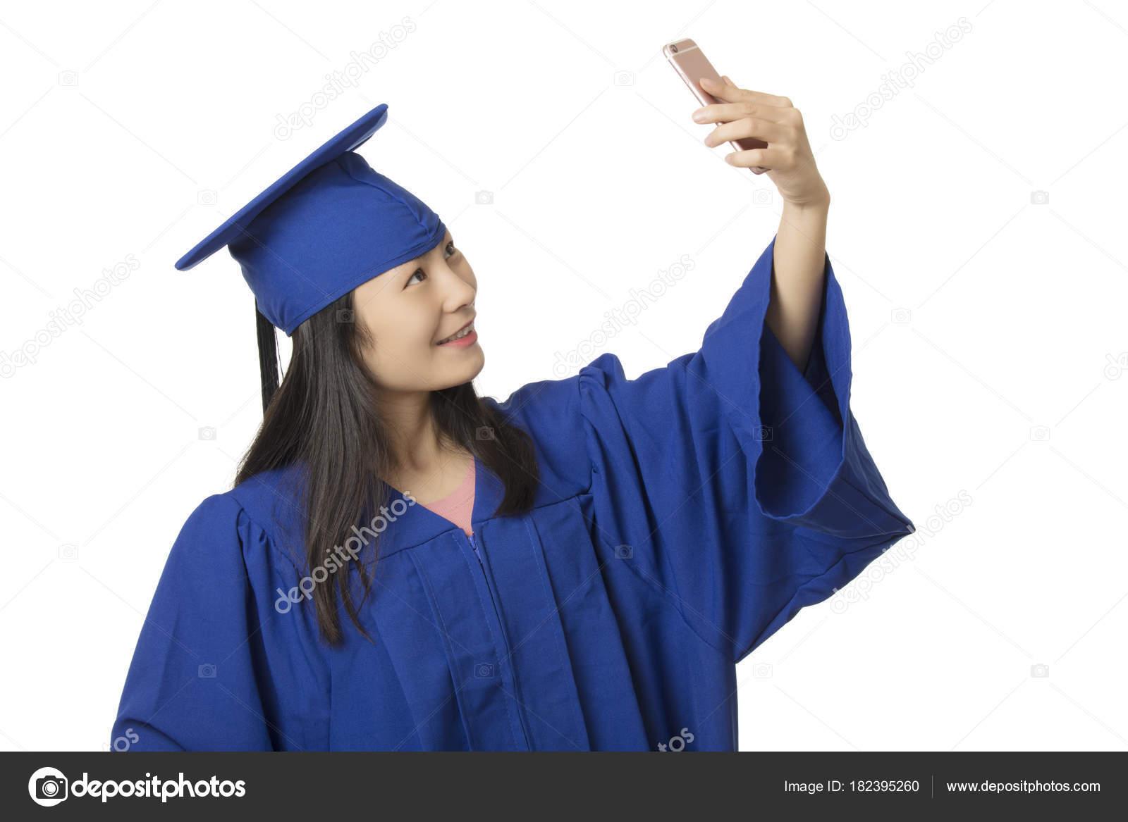 bc847add0 Hermosa mujer asiática con un smartphone para tomar un salfie de ella usa  un vestido de graduación azul aislado sobre fondo blanco — Foto de ...