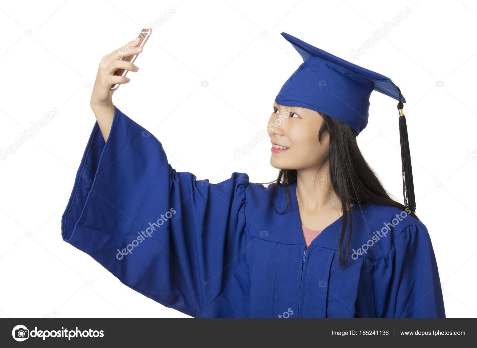 05862a38d Hermosa mujer asiática con un smartphone para tomar un selfie de ella usa  un vestido de graduación azul aislado sobre fondo blanco — Foto de ...