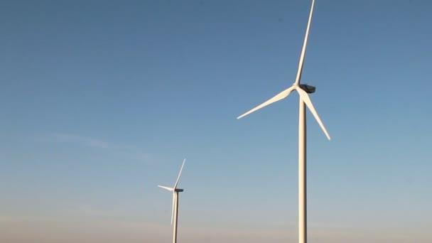 Větrné energie turbíny na západu slunce obloha pozadí, energie generátoru přírody přátelský