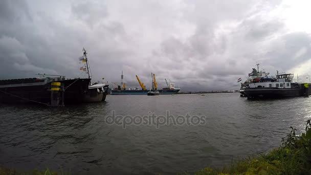 Hromadný dopravce nákladní loď s palubní jeřáby zatěžování v přístavu