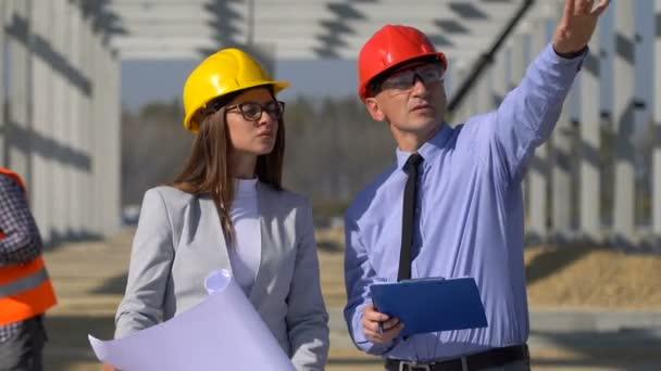 Stavební obchodní tým na staveništi. Obchod, budova, týmová práce a koncepce lidí. Vedení projektu a setkání terénní posádky na staveništi.