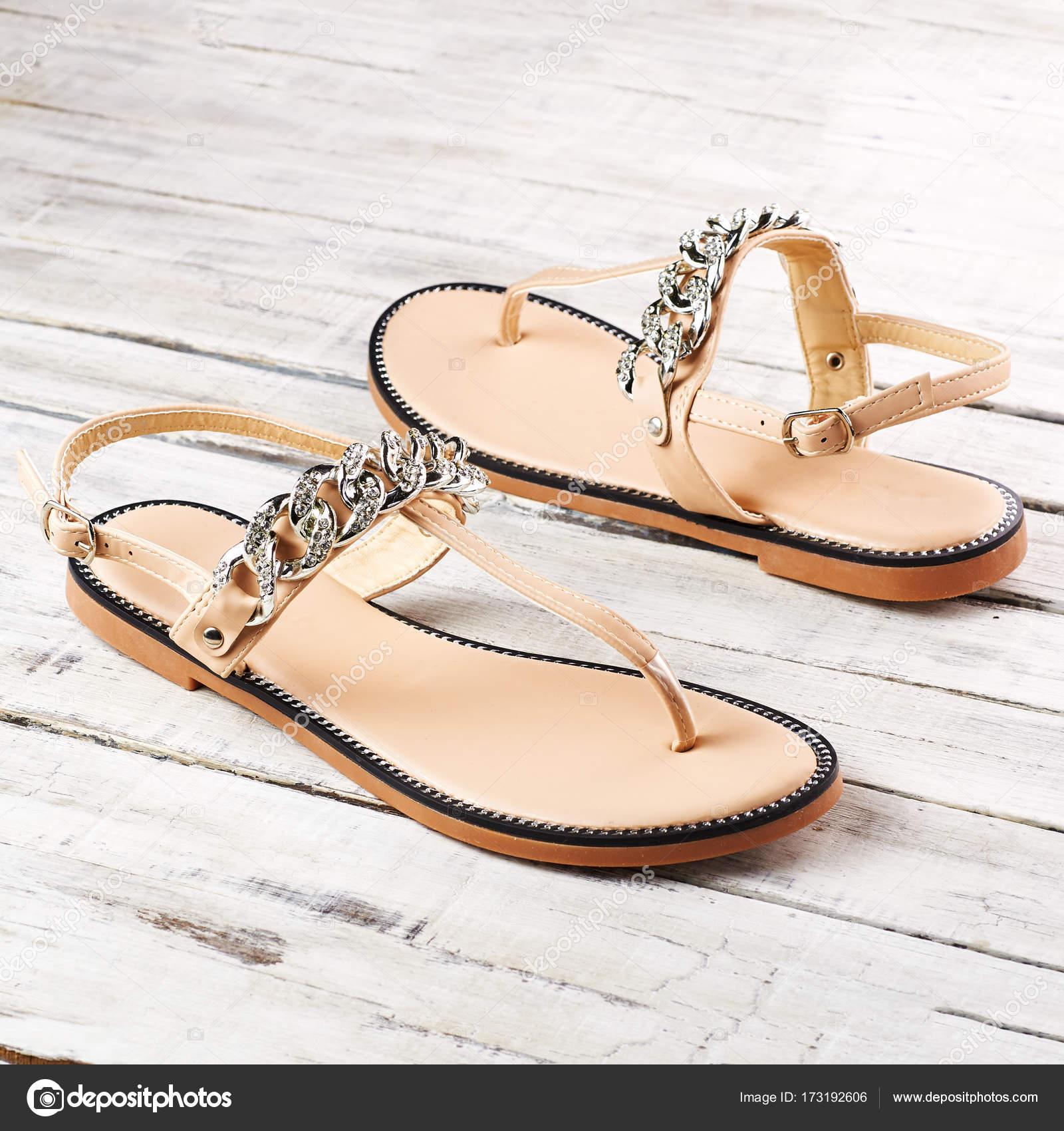 sandali estivi donna  Sandali estivi donna su un fondo di legno — Foto Stock © xyligan_987 ...