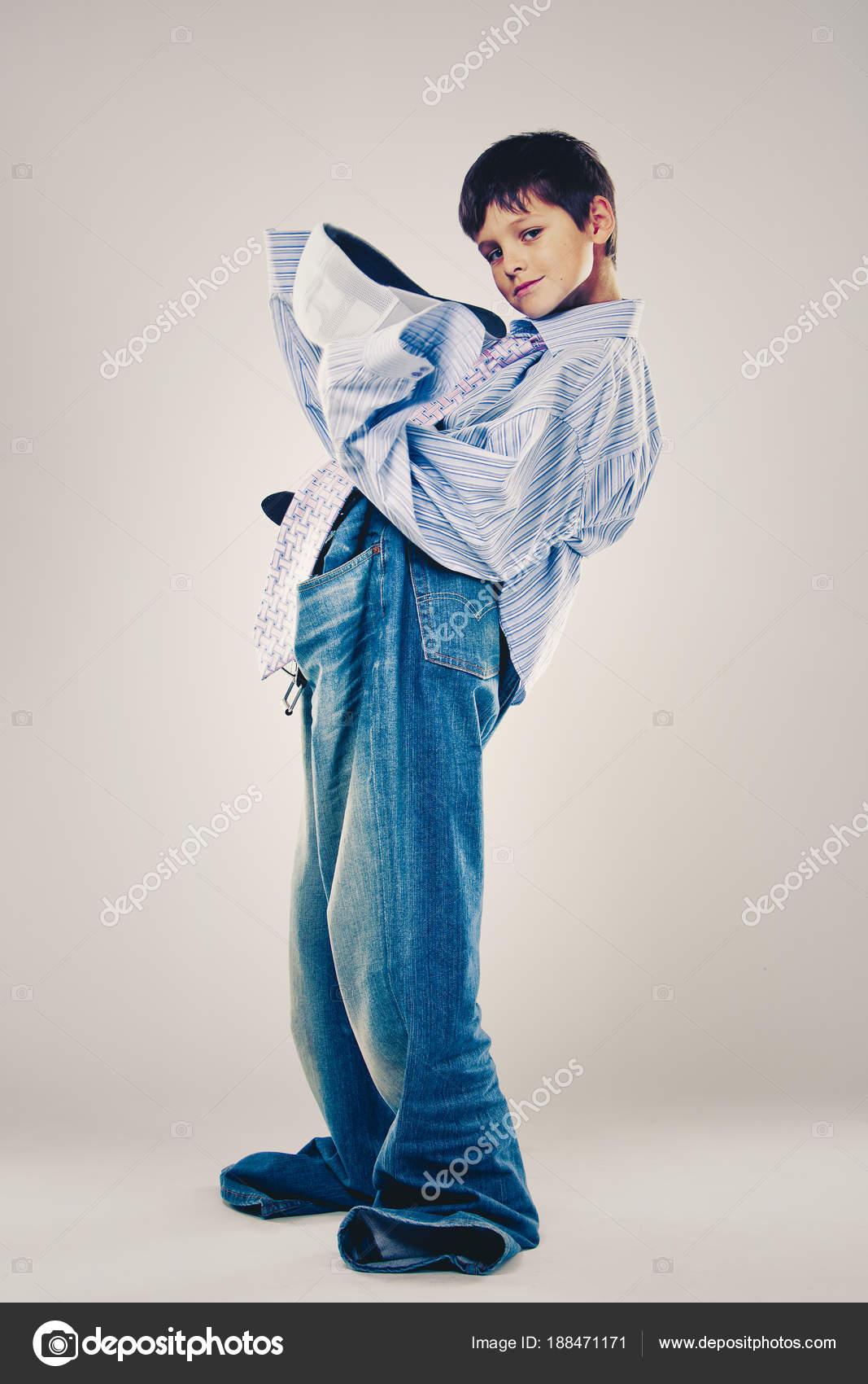 a423887c9d99 ragazzo divertente che porta i vestiti di papà — Foto Stock ...