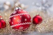 Slavnostní červené vánoční ozdoby koule