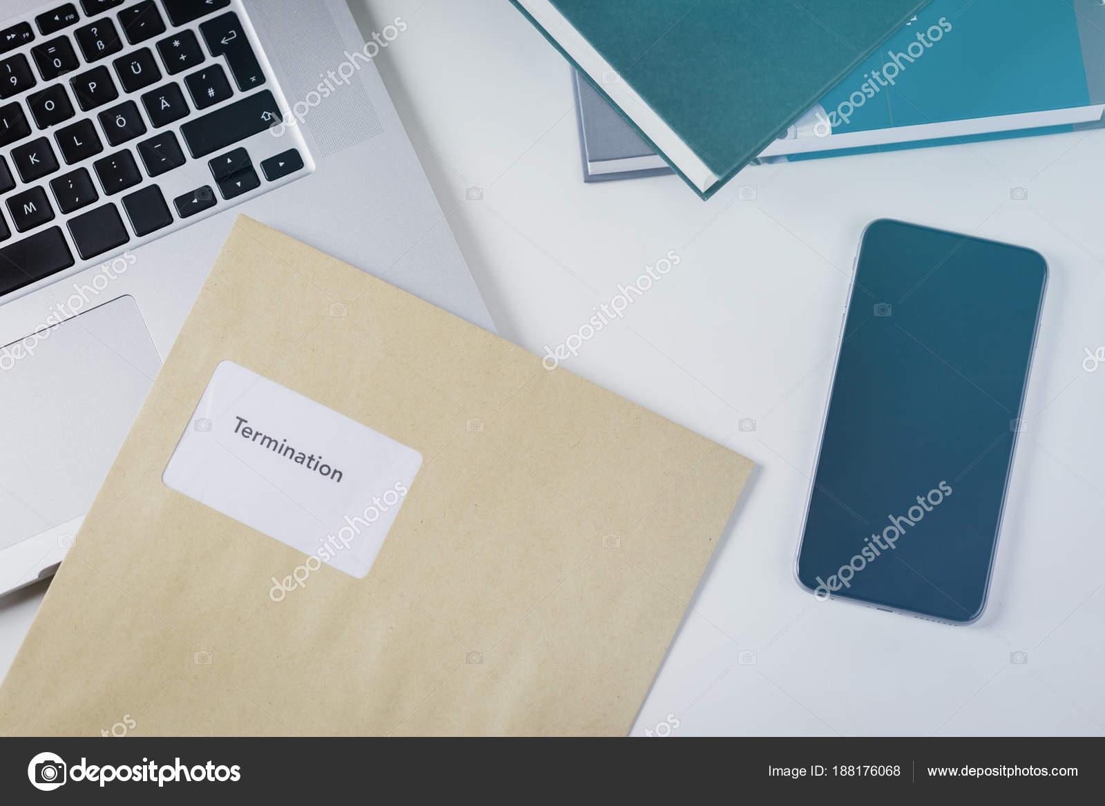 Carta de rescisión o indemnización por mentir en un escritorio ...