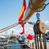 Vysoký plachetní lodě kotvící v přístavu