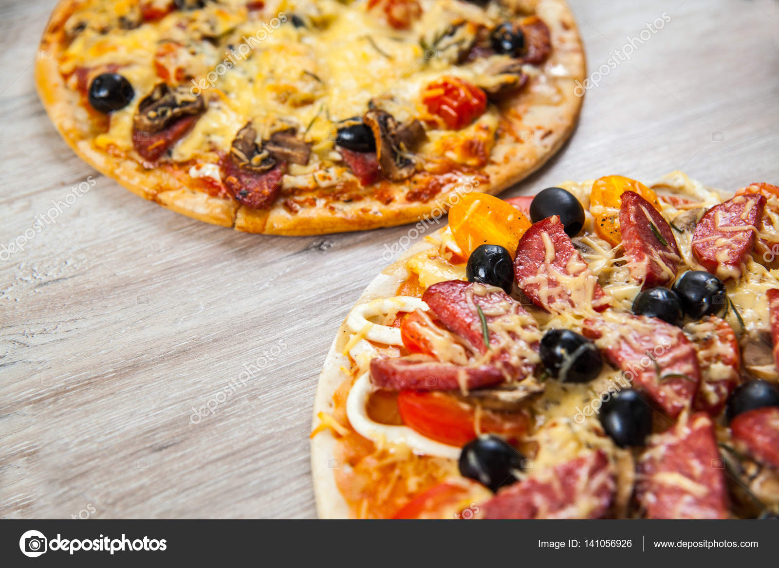 Домашняя выпечка: пицца с грибами и колбасой