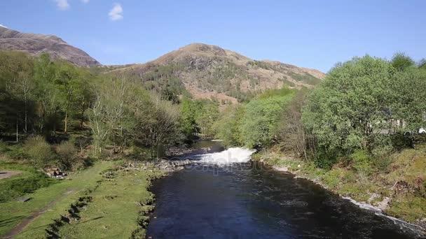 Řeka Leven Kinlochmore poblíž Kinlochleven Scotland Sklad v létě
