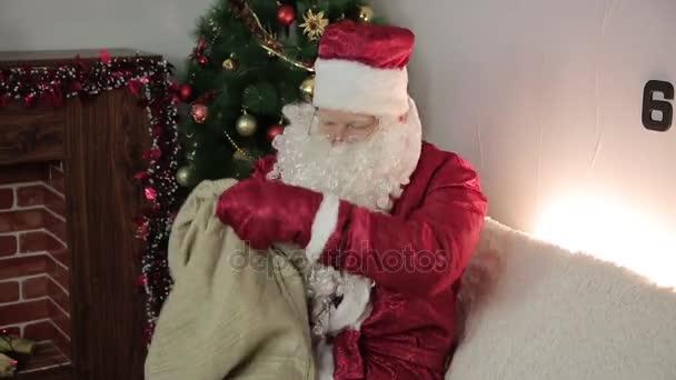Santa claus s prázdným sáčkem.