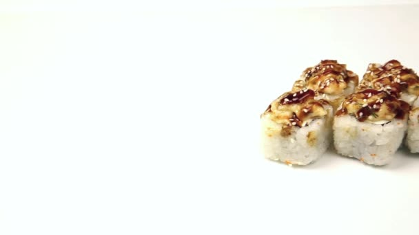 Sushi tekercs fehér alapon. Japán konyha sushi tekercs különböző elszigetelt fehér háttér