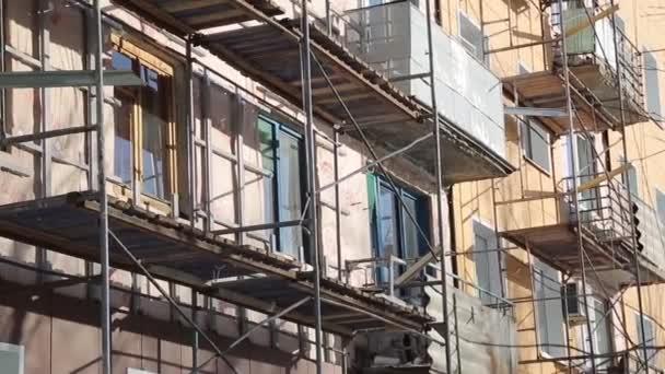 Materiály pro vnější rekonstrukce budovy. Výroba děl zvýšit teplo v domě a zlepšit jeho vzhled