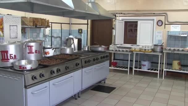 Kuchyně ve školní jídelně. Stravování dětí ve škole.