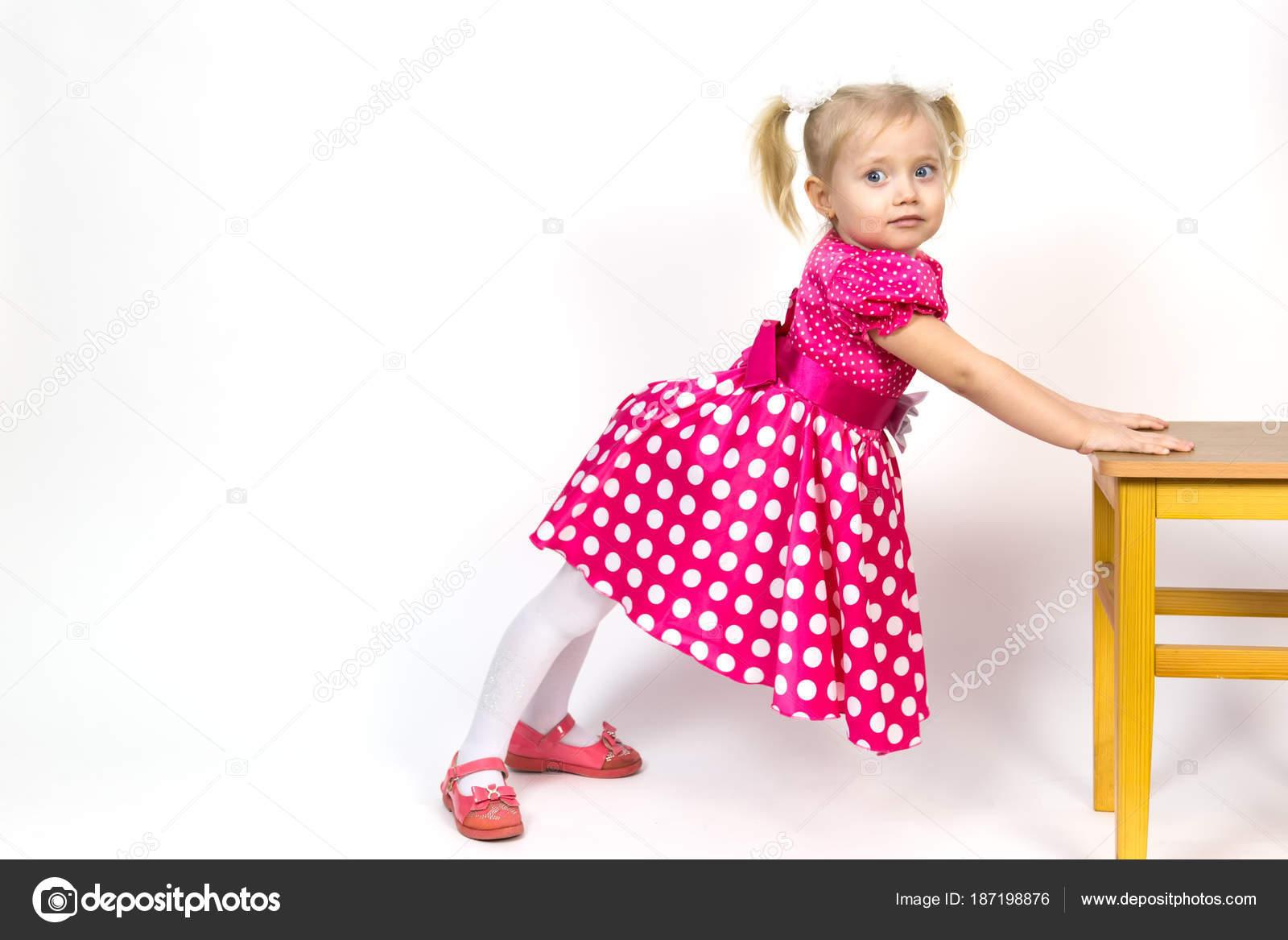 Картинки с девушкой наклоняющейся к девушке