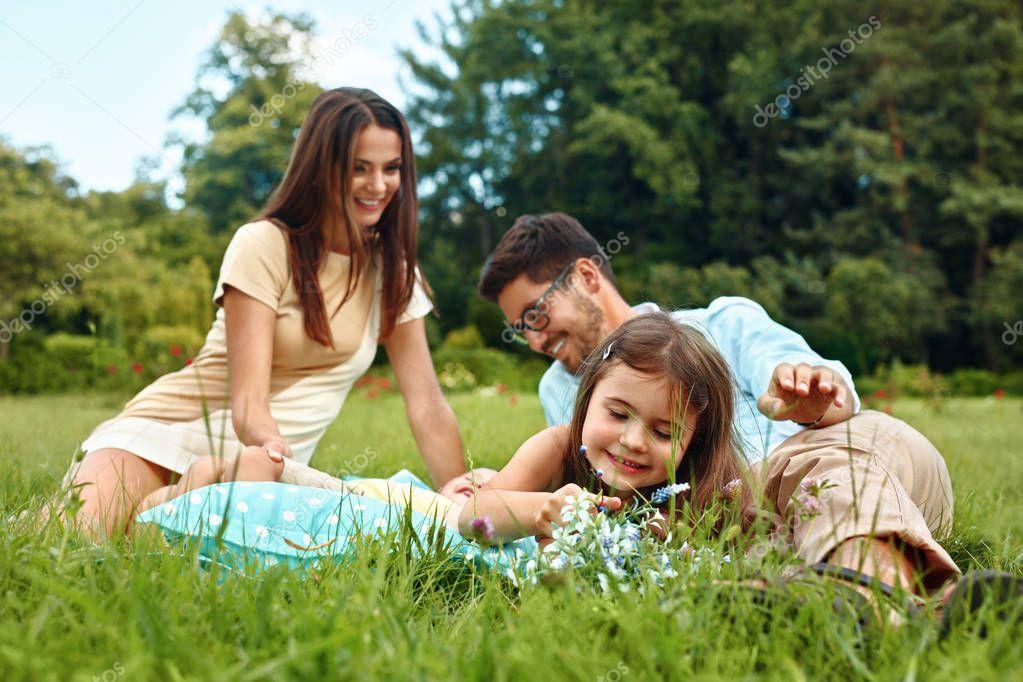 Crianças Se Divertindo No Parque: Família Feliz Jovem No Parque. Pais E Crianças Se