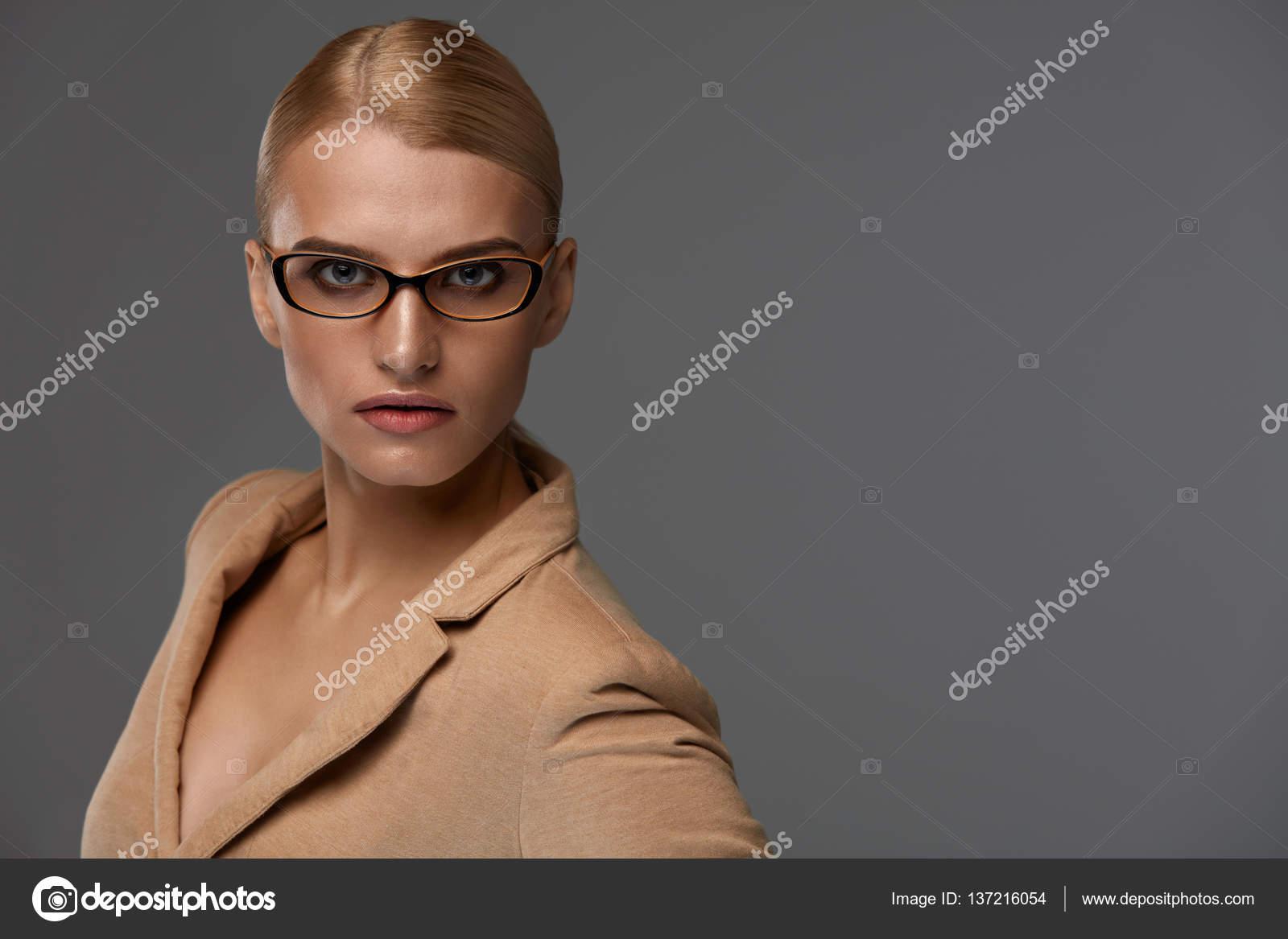 Estilo de gafas de las mujeres. Hermosa mujer en moda marco óptico ...