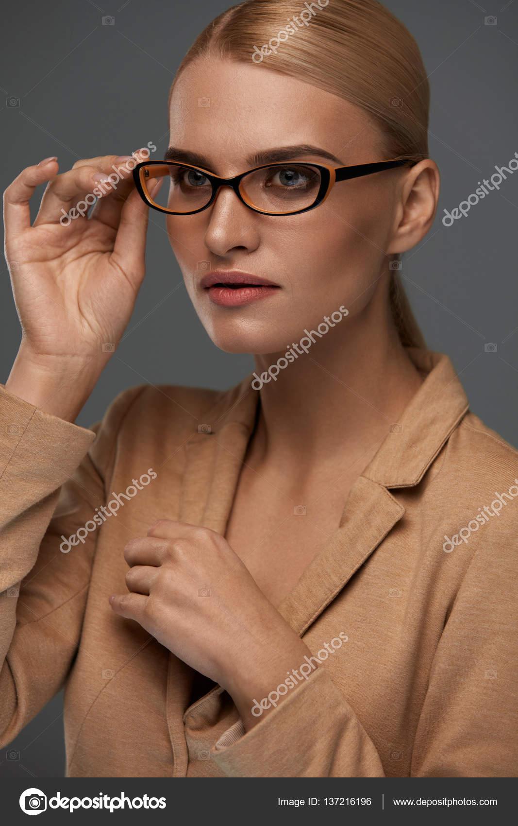 1eb1dae451fa40 Mooie vertrouwen zakenvrouw In Fashion bril portret — Stockfoto ...