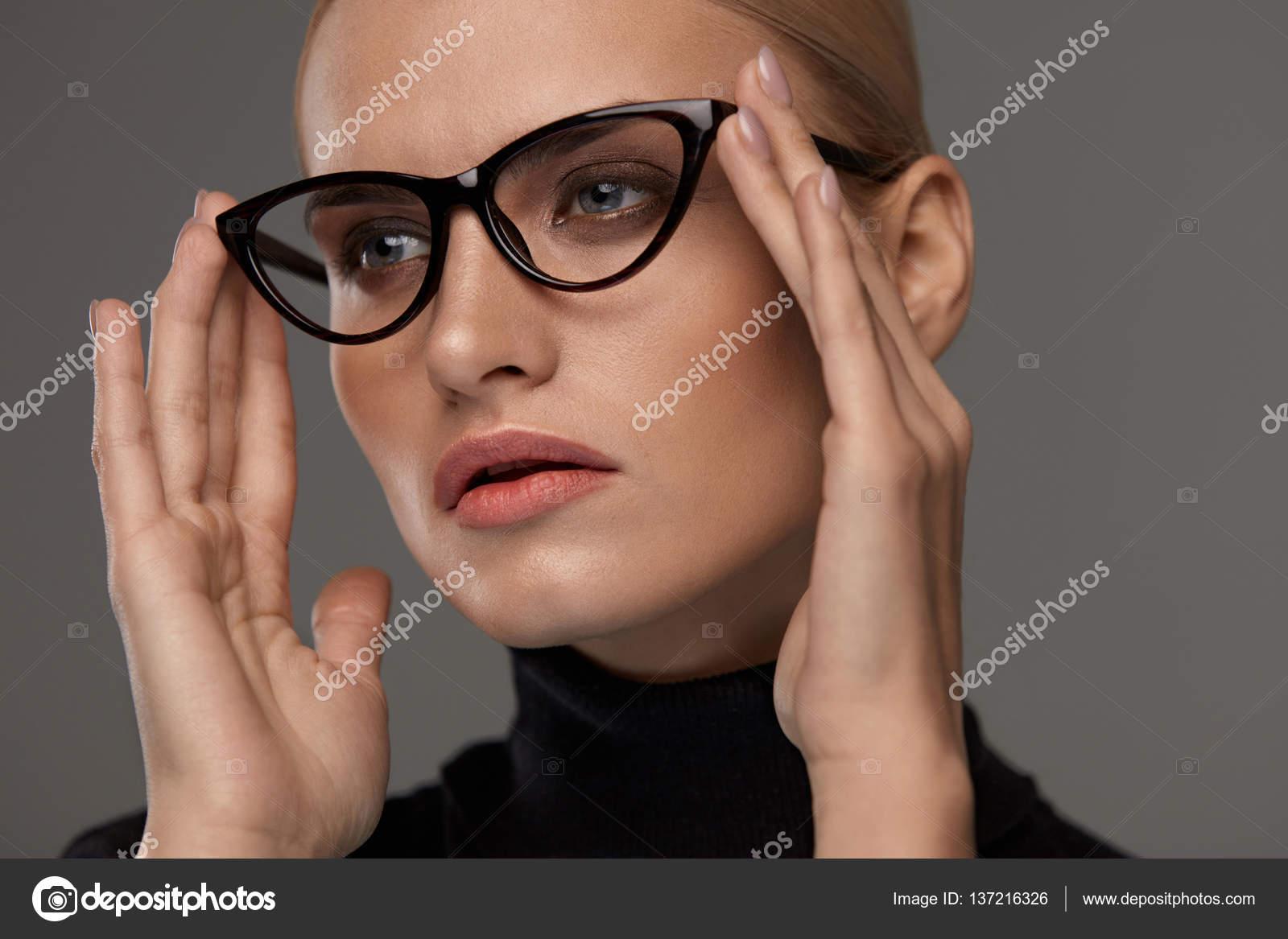 Frauen Mode Brillen. Mädchen In Brillen Rahmen, stilvolle Brillen ...