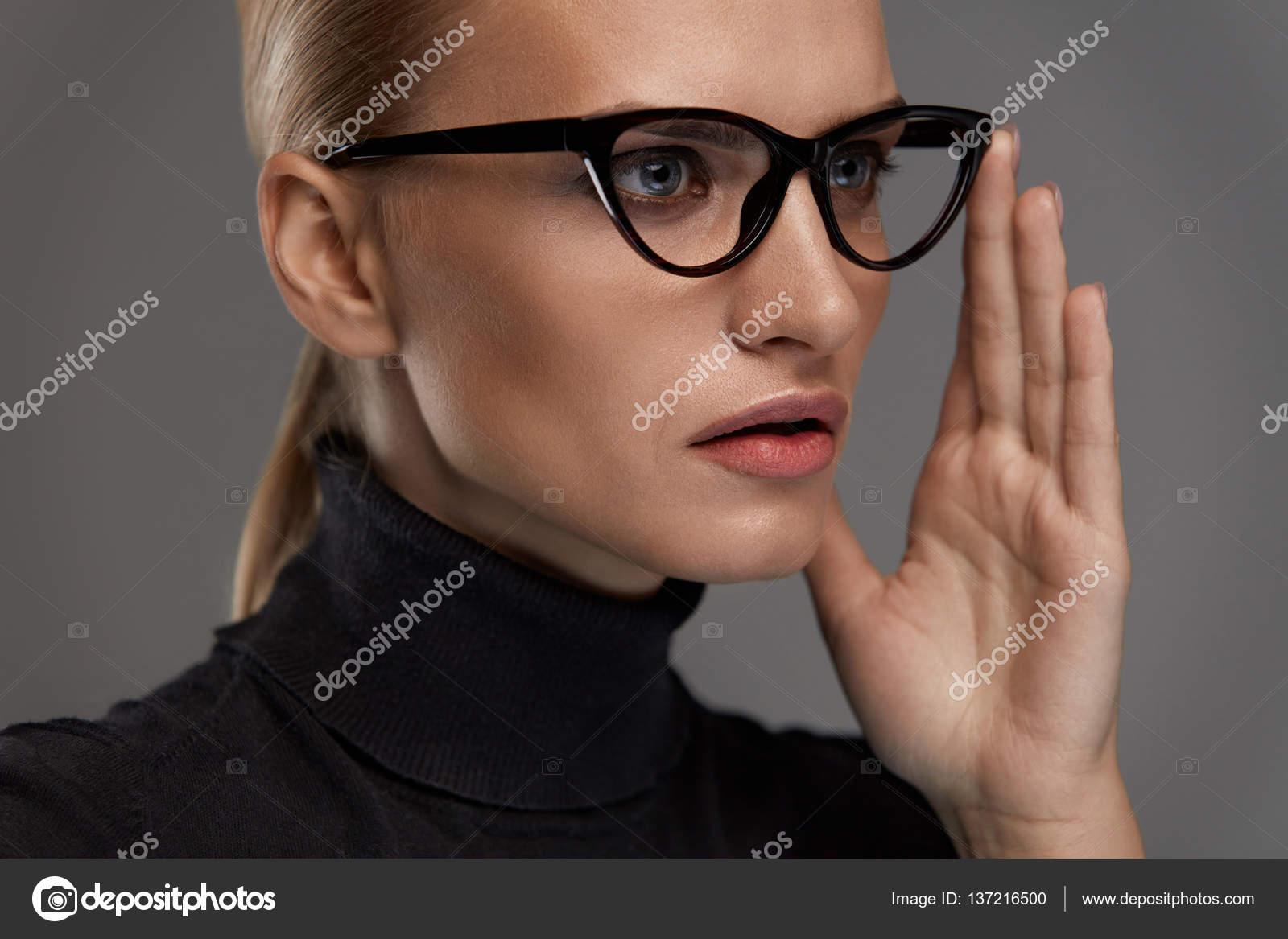 Lunettes de soleil femmes Style. Belle femme en mode lunettes de vue — Photo 58515df3aebc