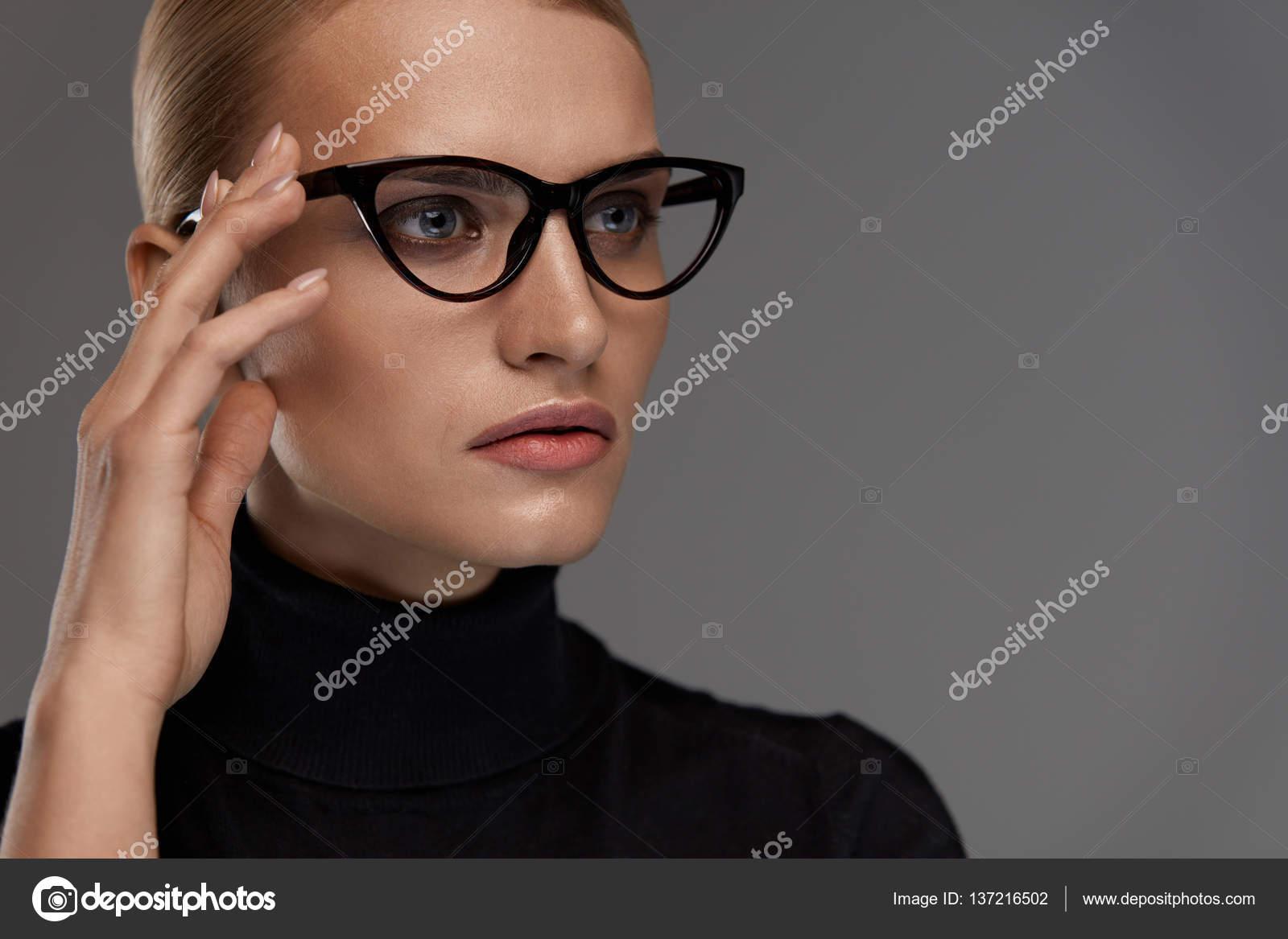 Lunettes de soleil femmes Style. Belle femme en mode lunettes de vue–  images de stock libres de droits 525ee37766e6