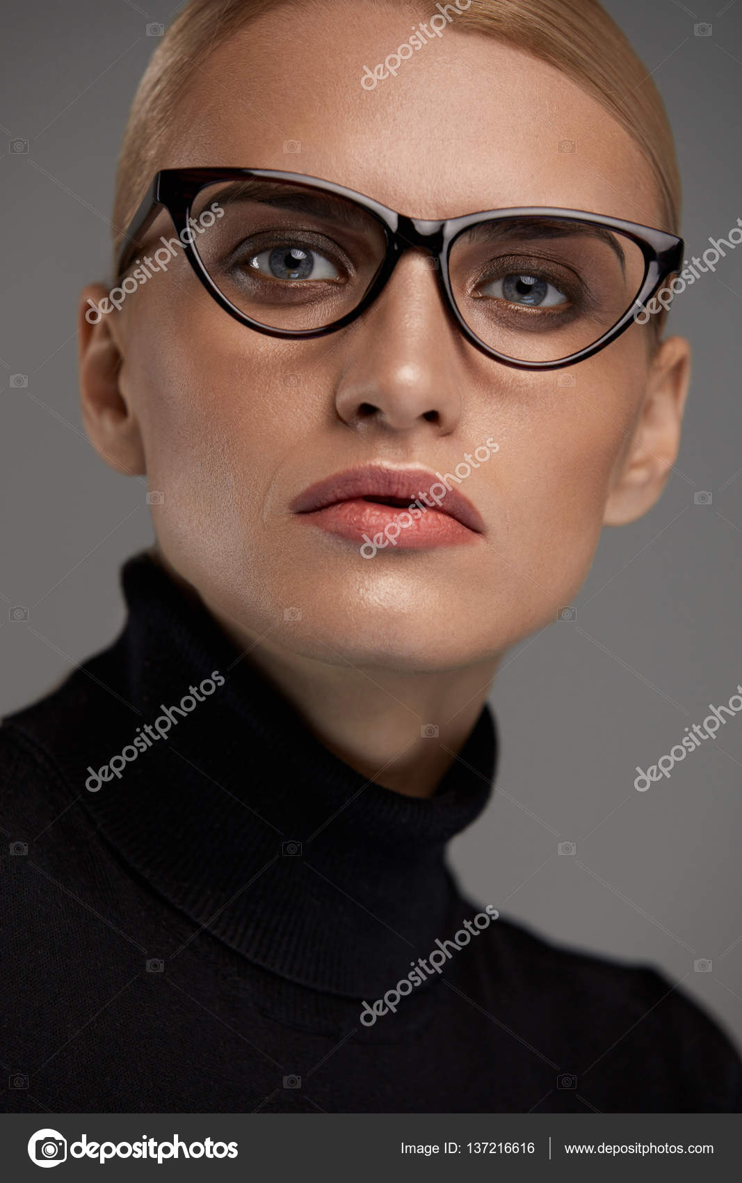 Gafas de moda de las mujeres. Niña en marco de gafas, lentes con ...
