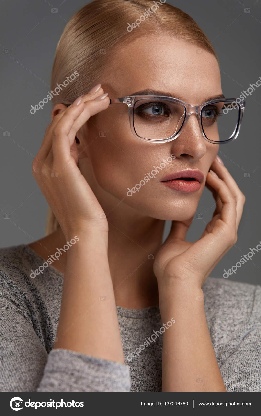 72cf9a0077 Gafas de moda de las mujeres. Hermosa hembra joven Sexy luciendo elegantes  lentes ópticas en retrato de fondo gris. Chica modelo atractivo en el marco  de ...