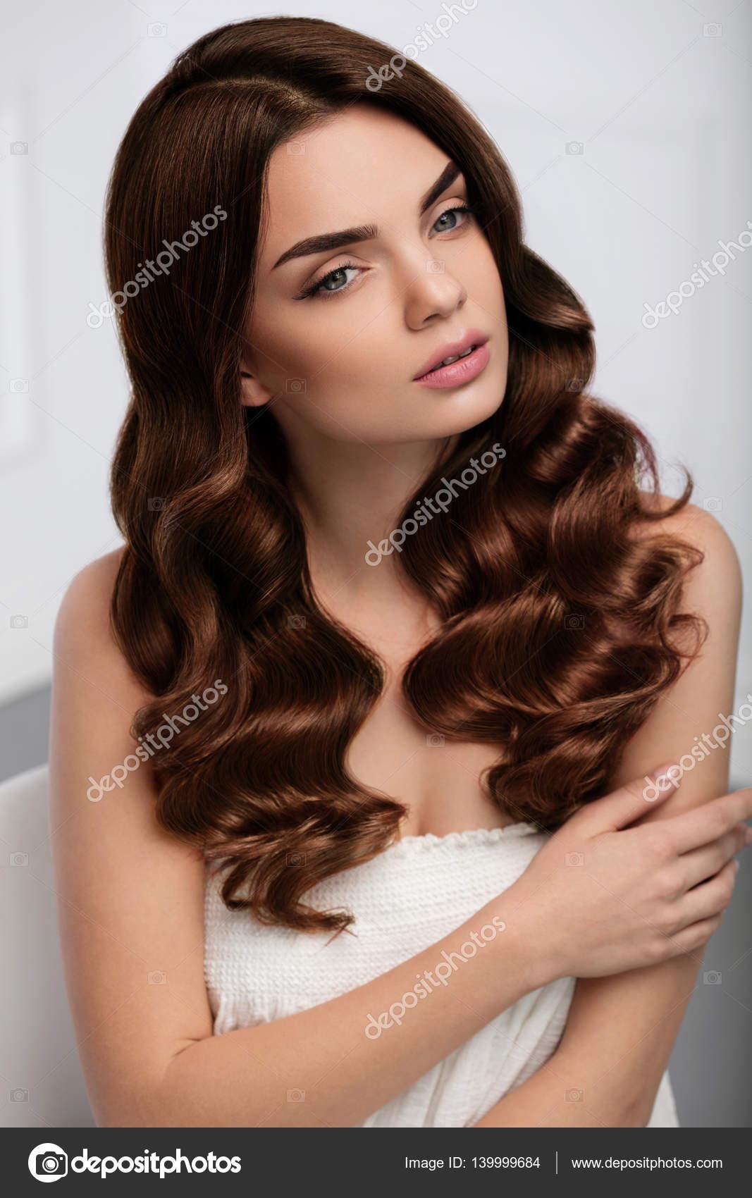 Lockiges Haar Stil Schöne Frau Modell Mit Lange Gewellte Frisur