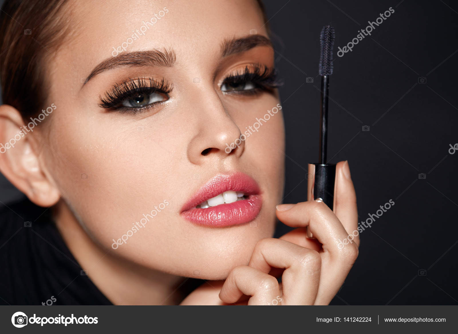 feba694ddc6 Facial Beauty. Closeup Of Sexy Woman With Beautiful Face And Mascara Brush  In Hand. Portrait Of Glamorous Girl With Perfect Makeup, Smooth Skin And  Long ...