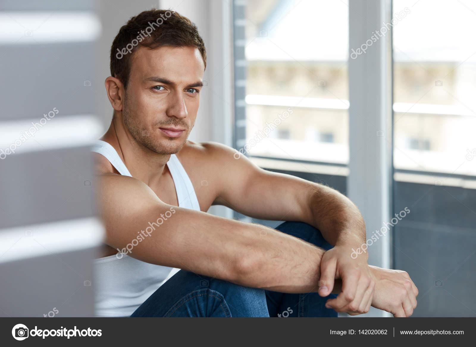 528e9decb356 Retrato de joven guapo con rostro bello, piel suave — Fotos de Stock ...