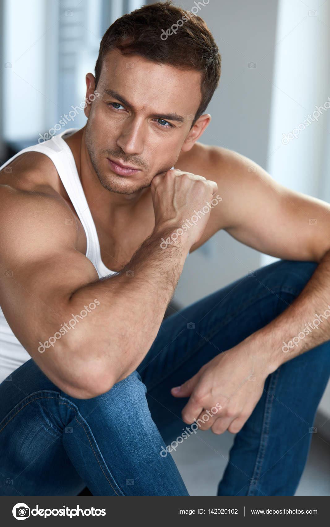 6cc7c2431a8f Hombre bello y saludable | Retrato de joven guapo con rostro bello ...
