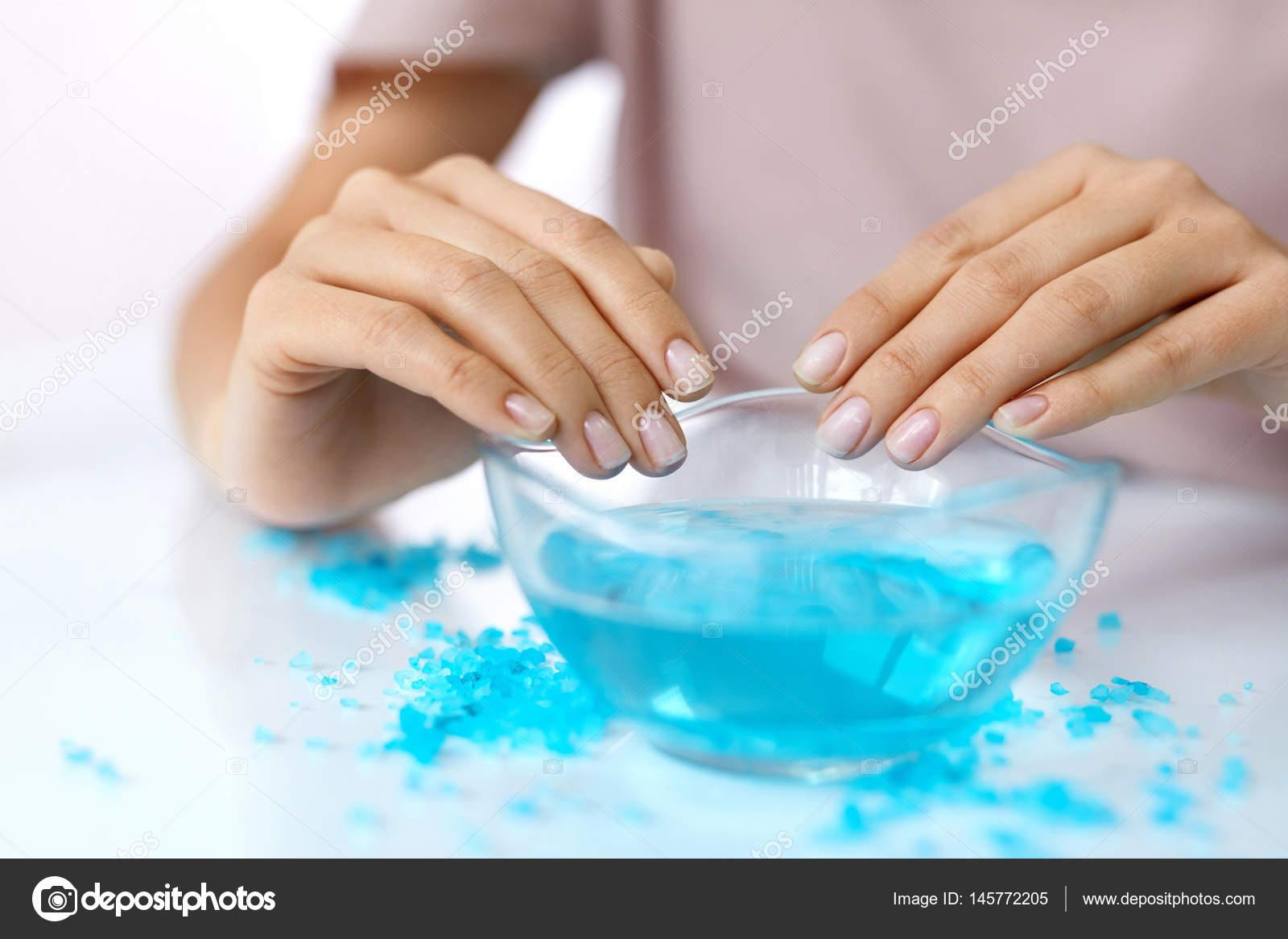 Manicure Spa. Mani In bagno di Aroma con sale — Foto Stock © puhhha ...