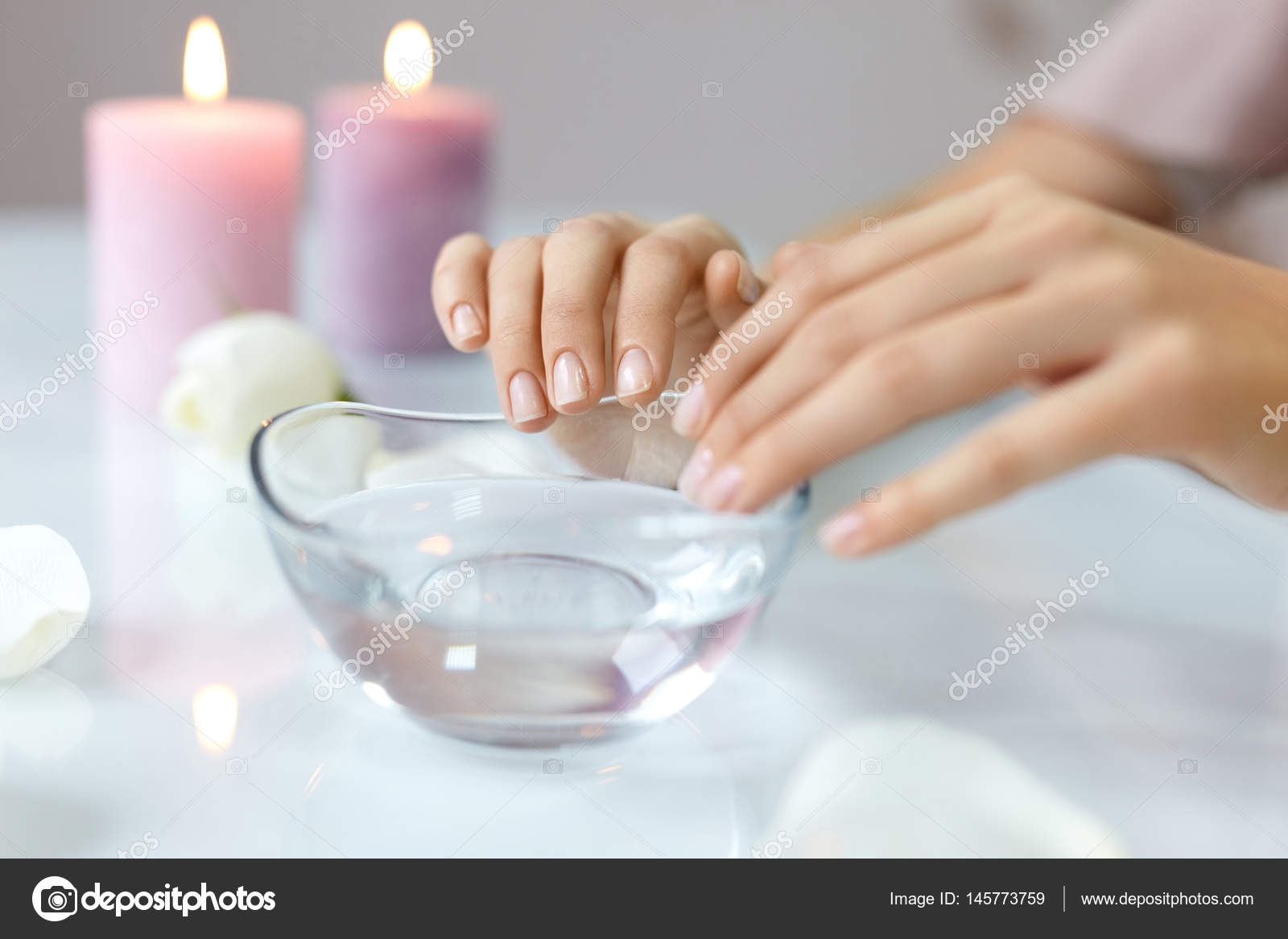 Frau einweichen Naturnägel In Schale voll Wasser. Nagelpflege ...