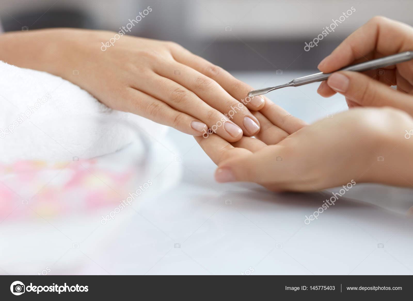 Cuidado de las uñas. Mujer manos consigue procedimiento de manicura ...