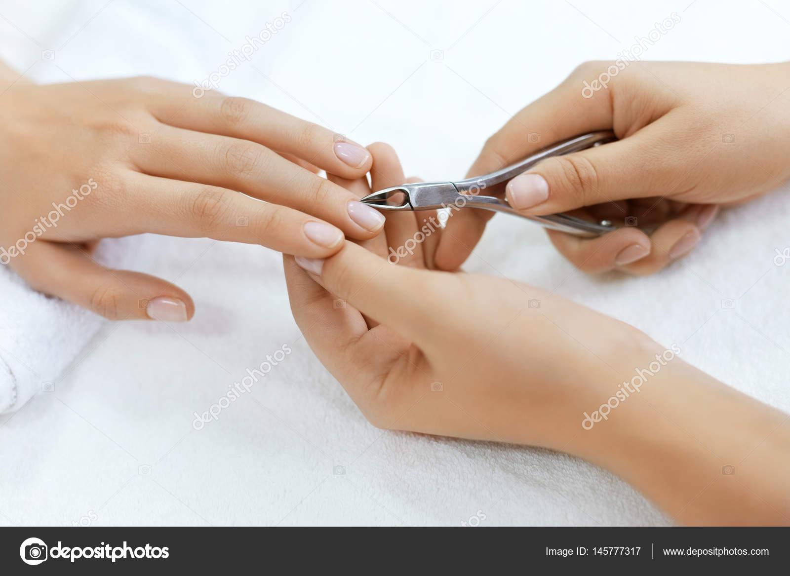 Nägel Schönheit. Frau Hände Nagelhaut mit Nagelknipser schneiden ...