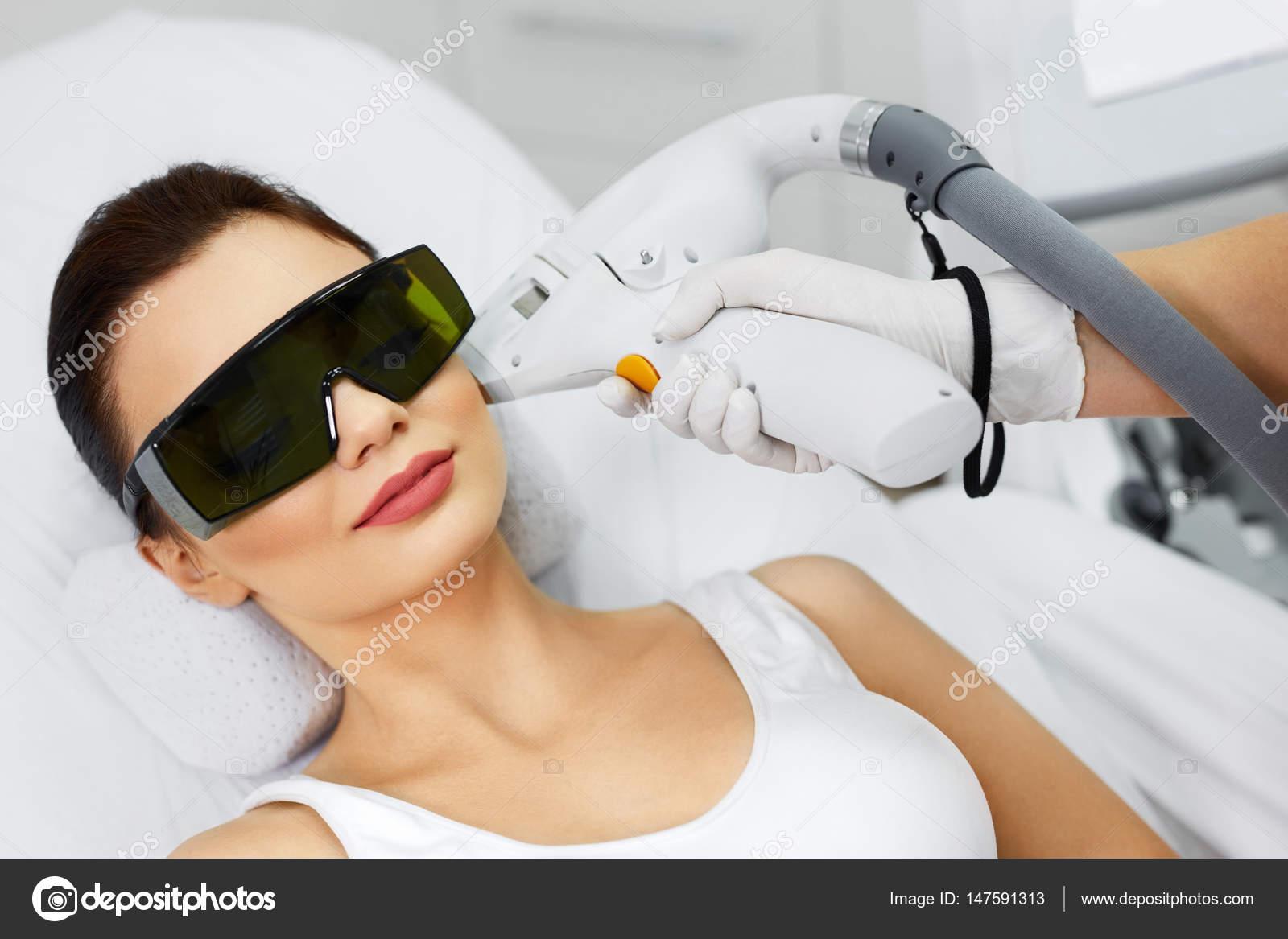 Ontharen Met Licht : Laser ontharing. vrouw bij spa kliniek ontvangen van gezicht