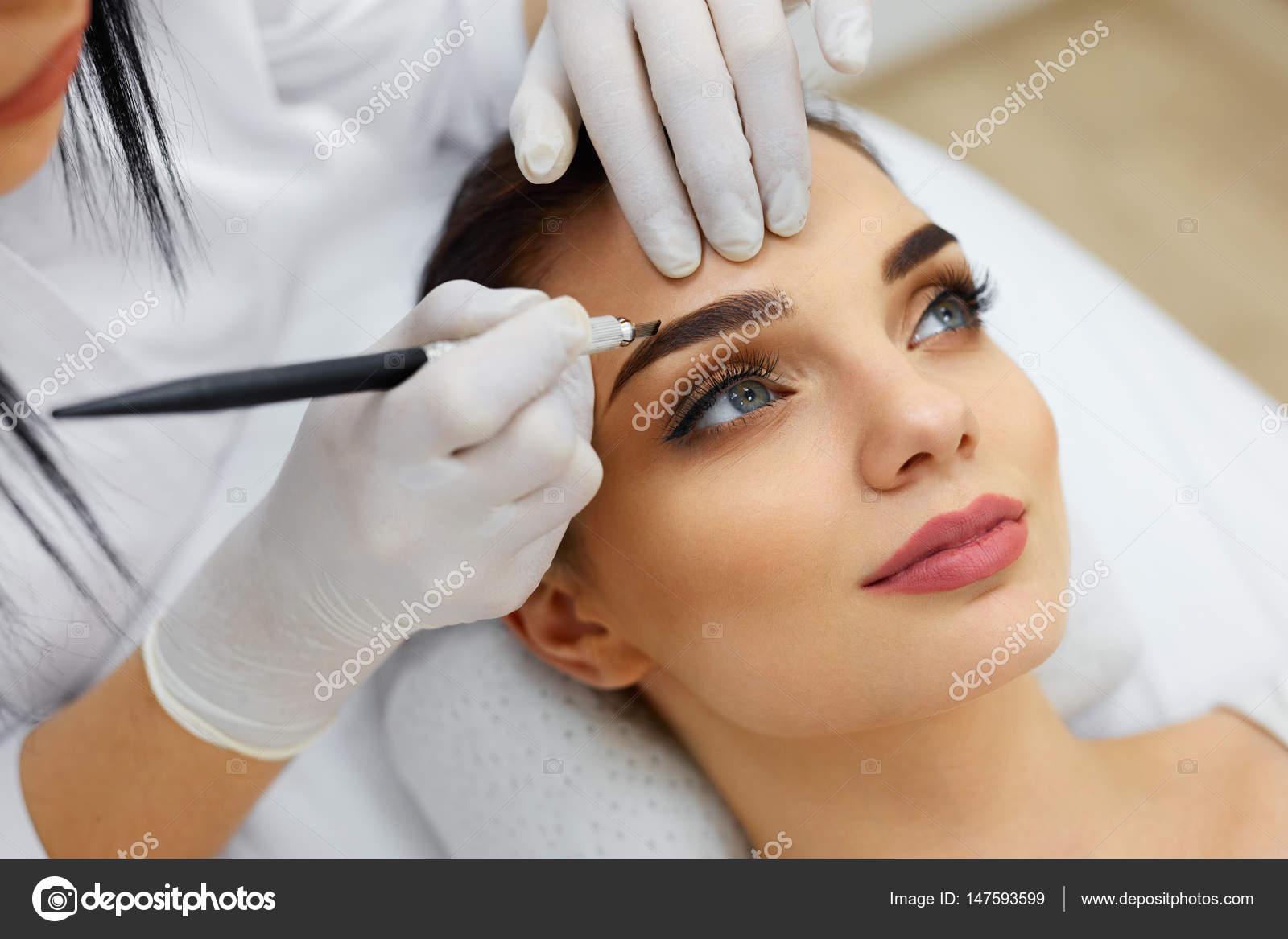 Kosmetyczka Robi Tatuaż Makijaż Brwi Na Kobiety Za Pomocą Maszyny
