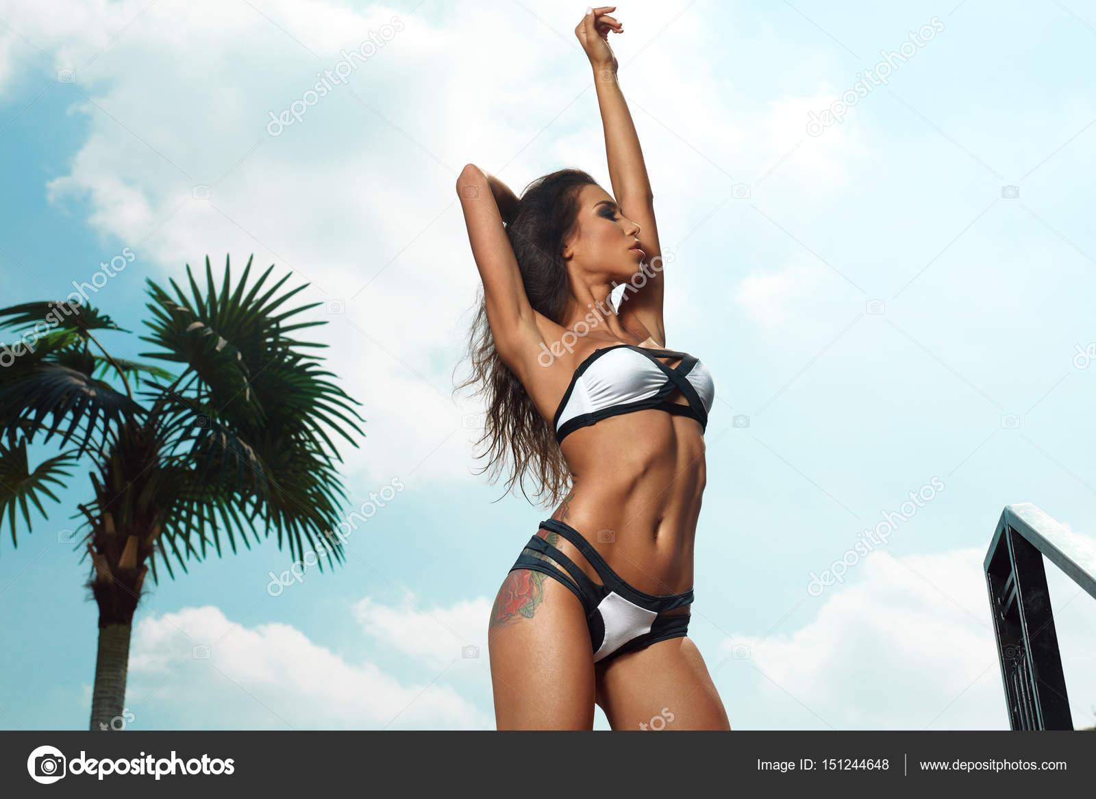 d5beb3e2c Krásná žena s Sexy tělo v módní dvoudílné plavky — Stock Fotografie ...