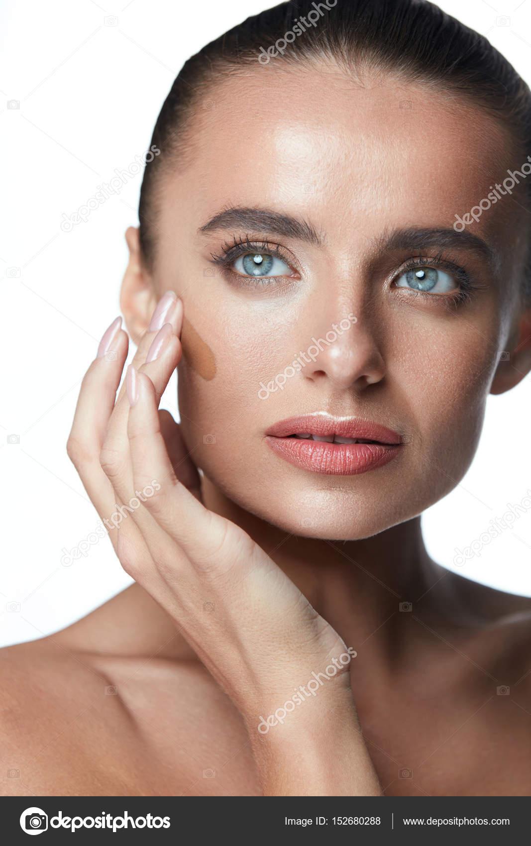 Gesichtspflege Sexy Frau Dunkle Foundation Auf Perfektes Gesicht