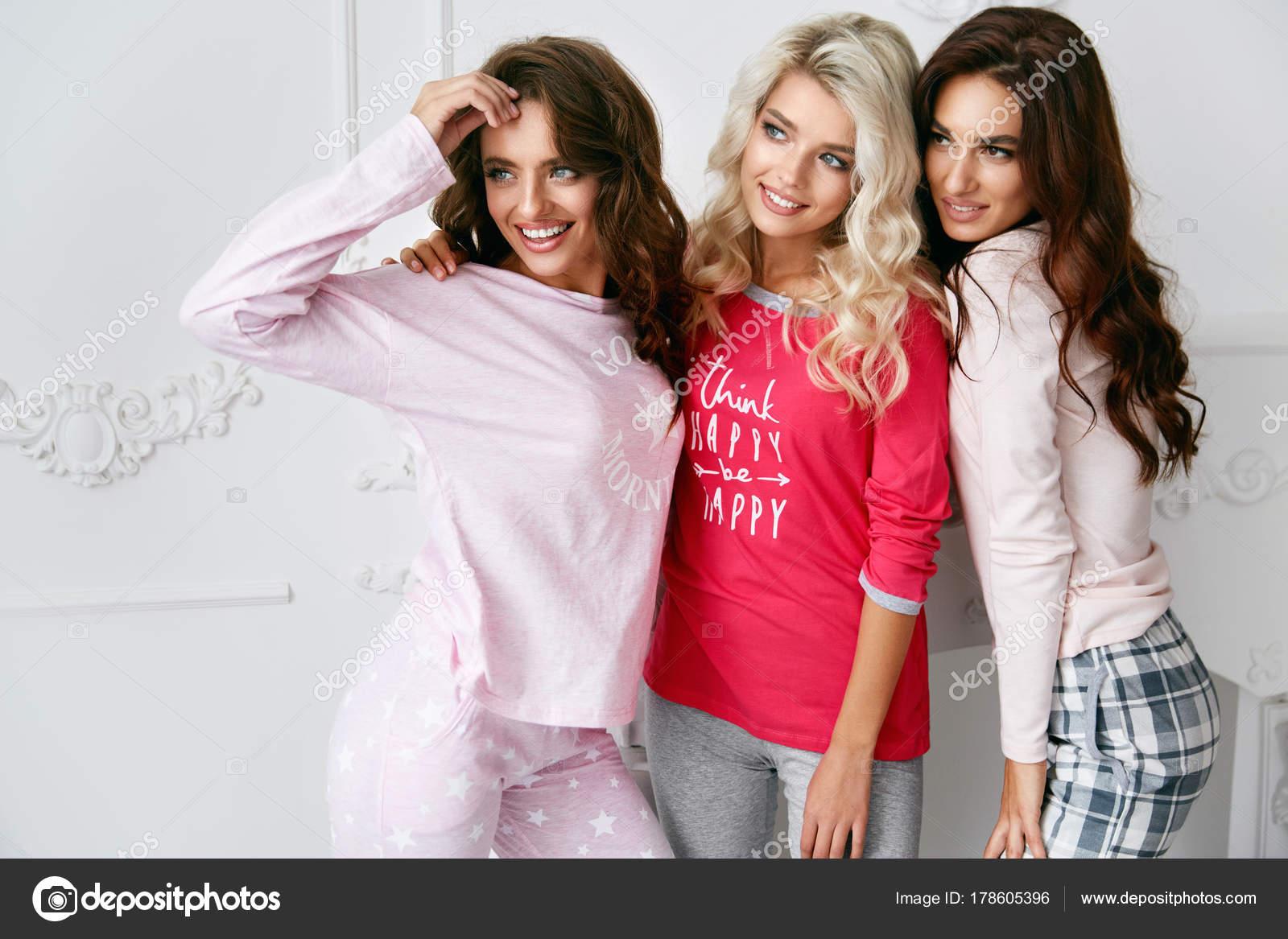 e0d5829d65 Hermosa sonrisa modelos femeninos jóvenes divirtiéndose y disfrutando de la  fiesta de pijamas en casa de luz Interior. Ropa de mujer ropa de ...