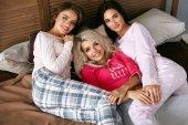 Fényképek Nők pizsamában ágyon. Birtoklás móka, a divat ruha lányok