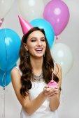 boldog születésnapot. Léggömbök és a sütemény party lány