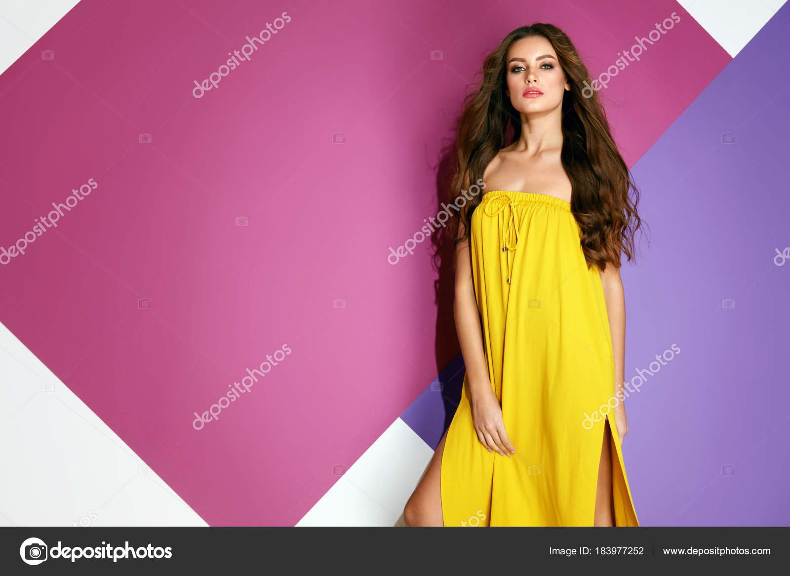 Moda de verano. Hermosa mujer en vestido en colores de fondo — Foto ...