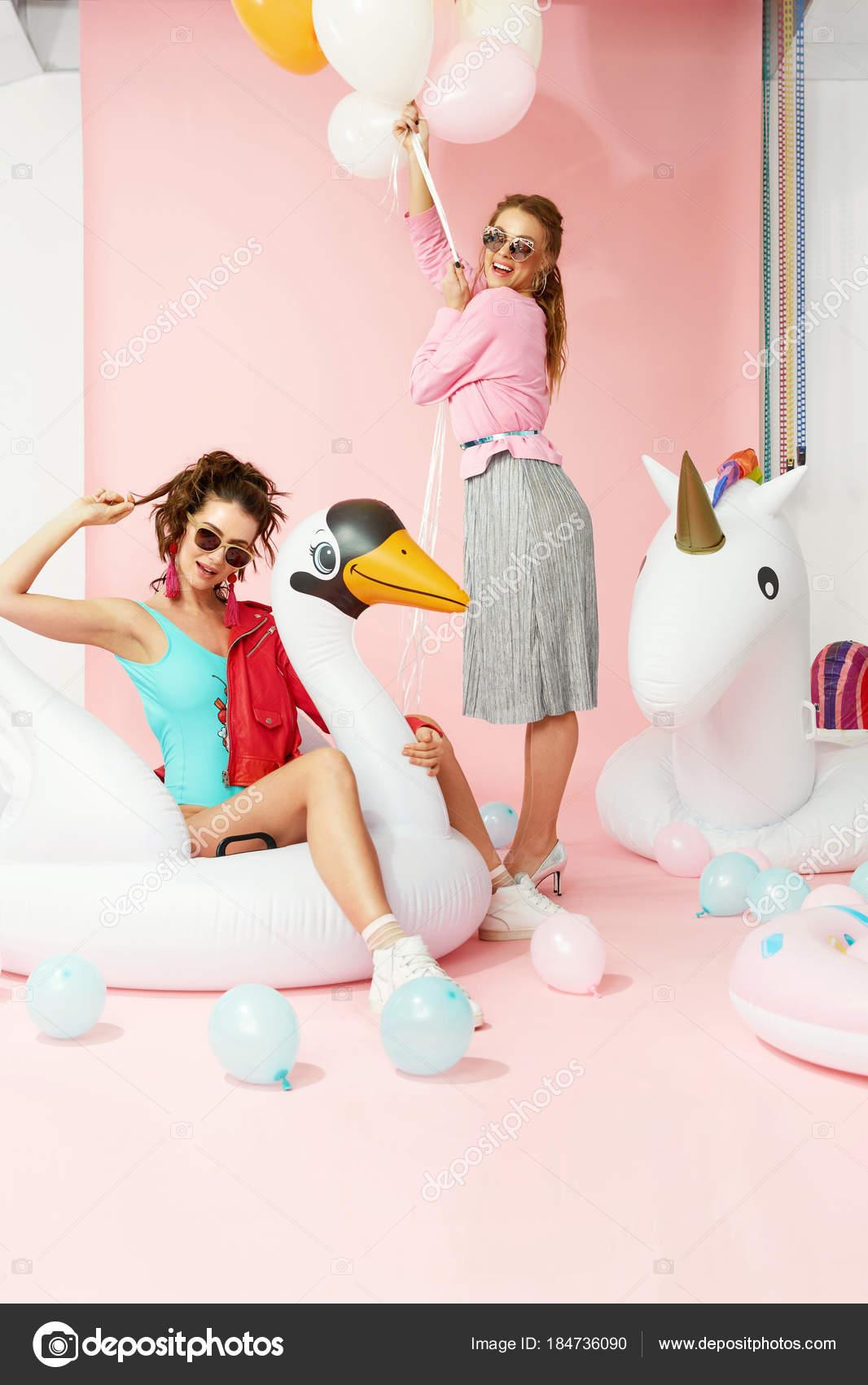 Moda modelos mujeres en ropa de verano con globos — Foto de stock ...