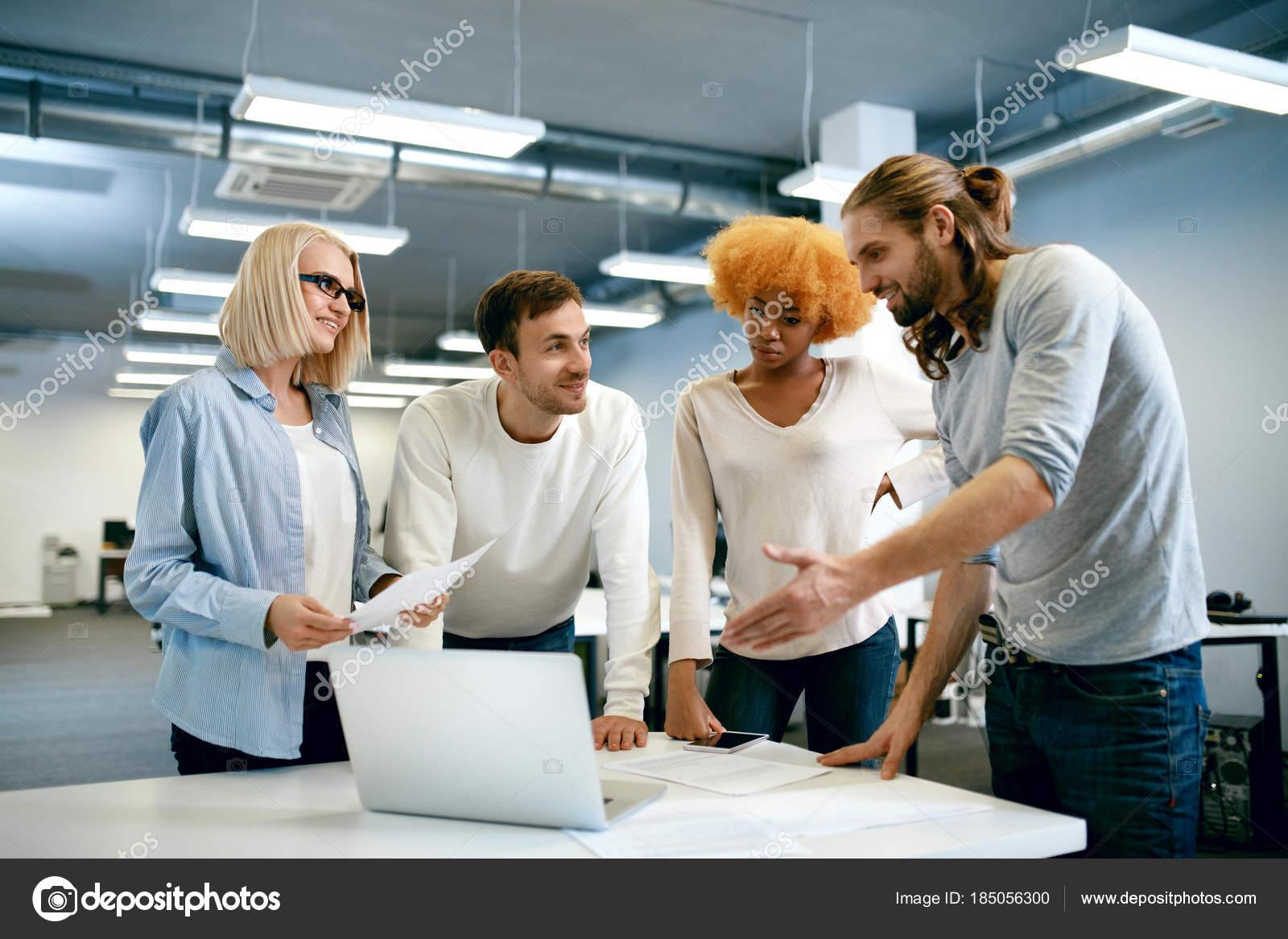 люди работающие вместе