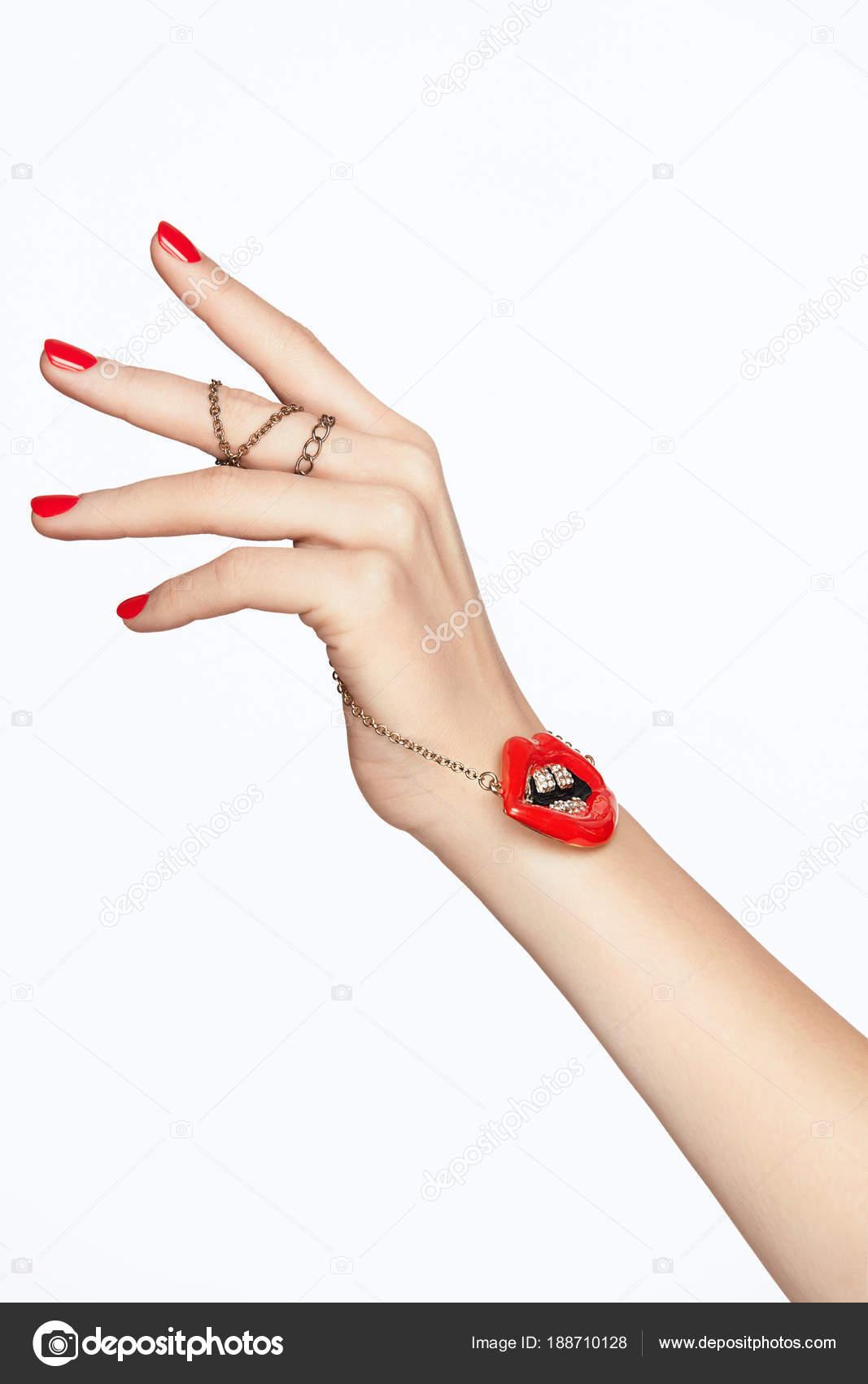Design Nägel. Hände mit roten Maniküre und rote Lippen — Stockfoto ...