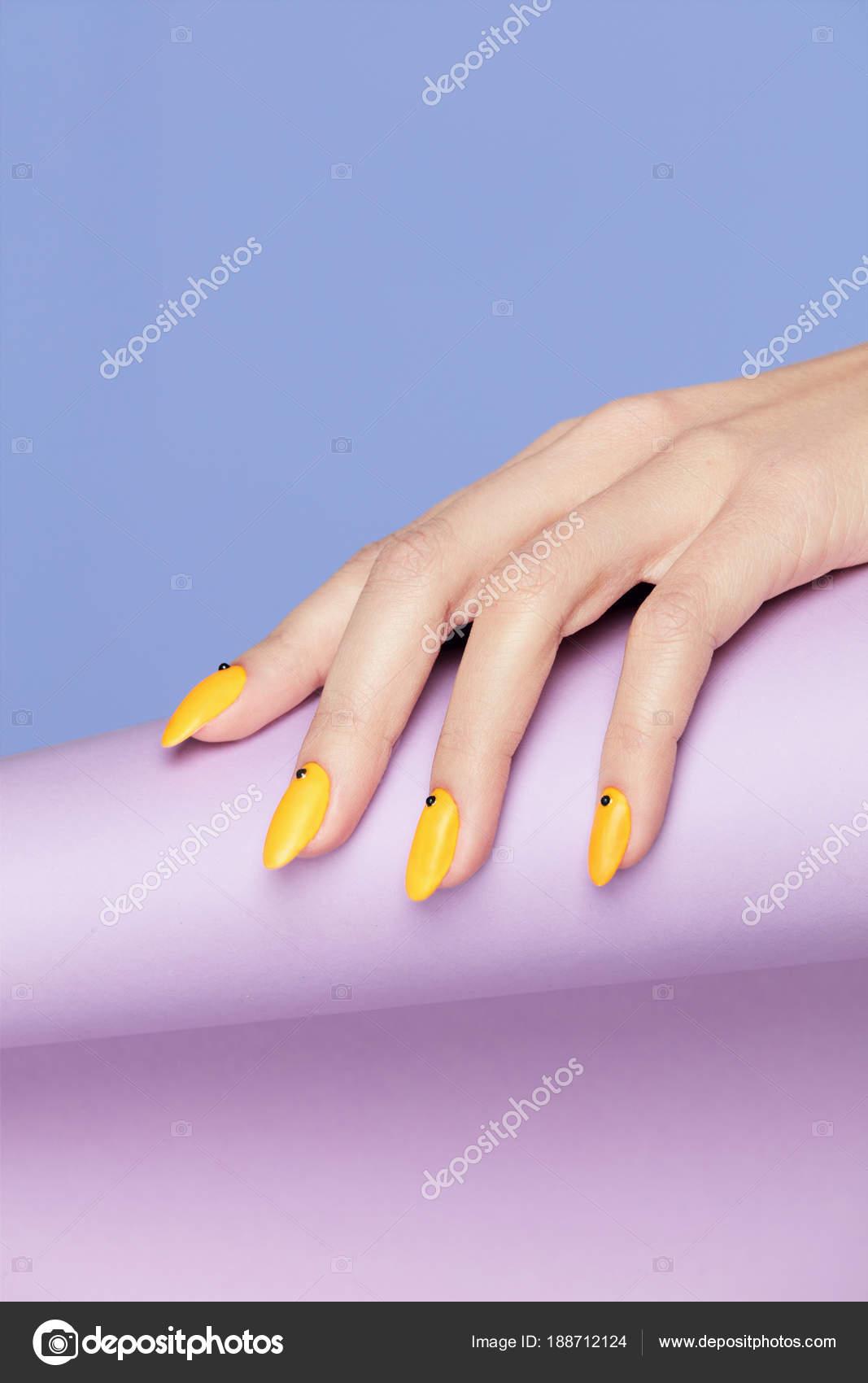 Nails Design Handen Met Heldere Gele Manicure Stockfoto Puhhha