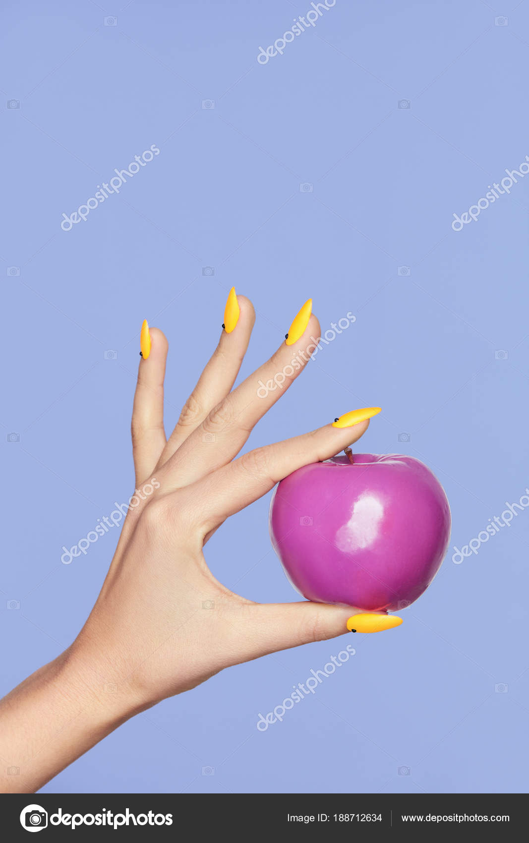 Design Nägel. Weibliche Hände mit bunten Nägeln hält Apfel ...