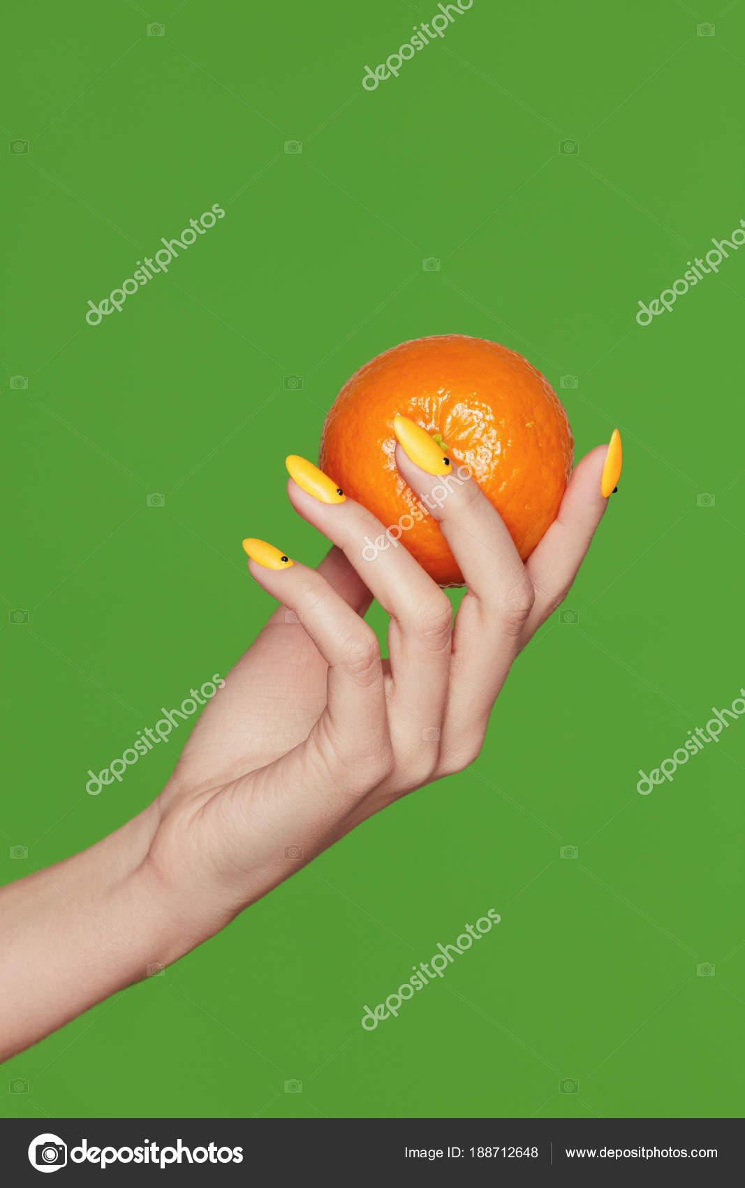 Diseño de uñas. Manos con manicura de moda con naranja — Foto de ...