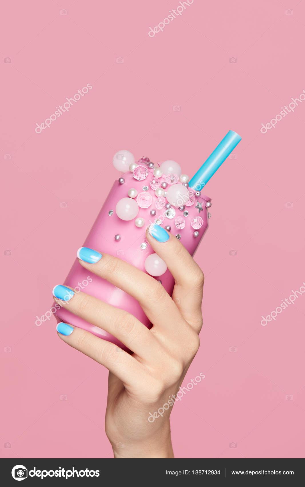 Blaue Nägel. Frau mit Cola-Dose In Händen — Stockfoto © puhhha ...