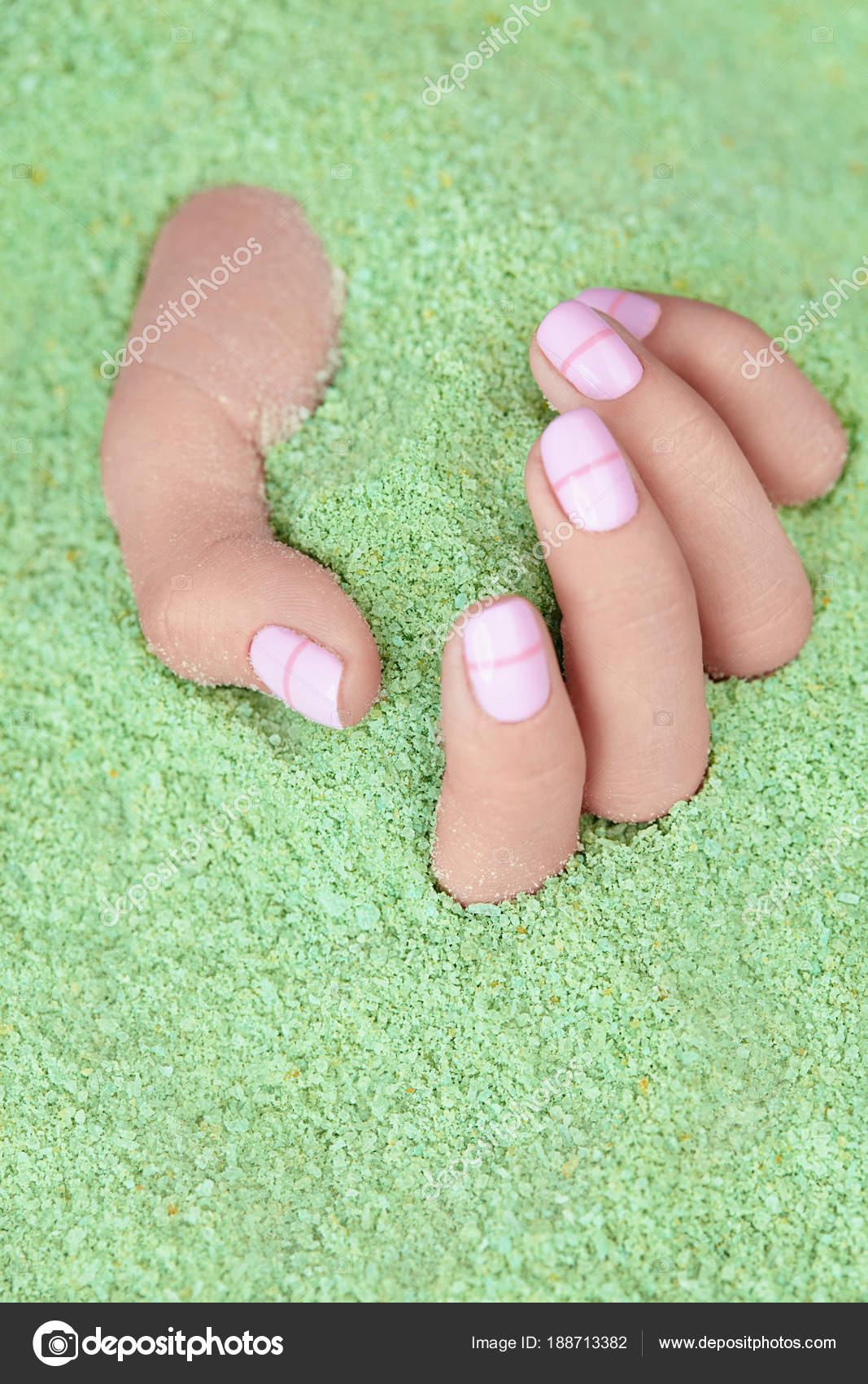 Cuidado de las manos. Mano con uñas Pastel en sal de mar — Fotos de ...